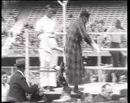 BB-0309 Bokswedstrijd tussen Bep van Klaveren en Assane Diouf in het Feyenoordstadion. Speelduur: 1 min. 32 sec.