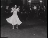 BB-0314 Een danseres danst in de hal van het Stadhuis op de eerste rij burgemeester Oud; collecte voor de Winterhulp. ...