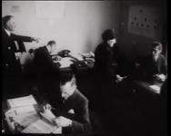 BB-0323 Hulpverlening aan slachtoffers van het bombardement 1943. De Nederlandse Volksdienst deelt meubelen uit. ...