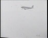 BB-0343 De bemanning van de Uiver komt aan op Vliegveld Waalhaven. mevrouw Grimberg-Huyzer voert de directie bij het ...