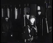 BB-0348 Mariniers komen per trein aan op Maasstation en marcheren van de Oosterkade naar de kazerne aan het Oostplein; ...