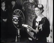 BB-0362 Vrouwen maken een tapijt voor het aanstaande bruidspaar prinses Juliana en Bernhard von Lippe Biesterfeld, naar ...