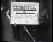 BB-0388 Dames laten een bord zien met het opschrift dat de winkel tot 1 uur gesloten is; opnamen in Den Haag. ...