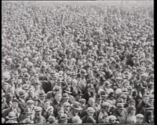 BB-0398 Een grote menigte demonstreert voor o.a. medenzeggenschap, staatspensioen, 8-uren werkdag, NVV, SDAP, Geen man ...