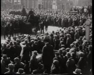 BB-0407 Begrafenisstoet met slachtoffers van de brand in de Tweede Lombardstraat. Speelduur: 41 sec.