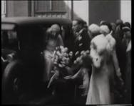 BB-0409 De zojuist in het huwelijk getreden Zus Braun en Hermanus Philipsen gaan een gebouw binnen. Weer buiten poseren ...