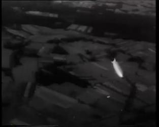 BB-0412 Zeppelin met Prins Hendrik aan boord landt op Waalhaven. Vervolgvlucht boven Nederland. Speelduur: 2 min. 27 sec.