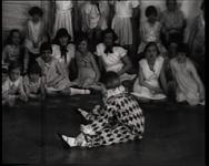 BB-0420 Kinderen dansen met pianobegeleiding. Speelduur: 1 min. 34 sec.