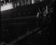 BB-0421 Lord Baden Powell, grondlegger der padvinderij, komt per schip aan; defilé van padvinders. Speelduur: 1 min. 56 sec.