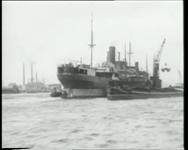 BB-0430 Door stakingen in Engeland liggen er veel schepen te wachten op de Maas bij de Sluisjesdijk.