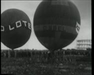 BB-0442 Twee ballonnen stijgen op.