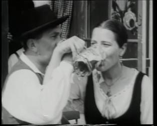 BB-0445-1 Beierse bruiloft op de Nenijto. Een Beiers echtpaar drinkt een pul bier.