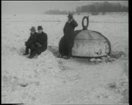 BB-0449 Drie heren poseren bij een boei op de dichtgevroren Maas.