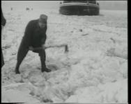 BB-0450 Militairen ruimen met springstof het ijs in de Maas op.