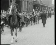 BB-0454 Nijmeegse studenten begeleid door rijtuigen en muziek brengen bezoek aan Rotterdam. Zij nemen ook een kijkje op ...