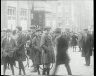 BB-0464 Schoolkinderen verlaten het Oostertheater na een Lentefilm.