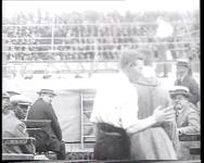 BB-0480 Bokswedstrijd in een stadion (op de stoelen staat Zomerlust).