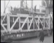 BB-0489 Verscheping van locomotief van 38 ton met het stoomschip Merauke. Speelduur: 50 sec.