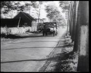 BB-0664 Opstijgende Duitse militaire vliegtuigen; het Nederlands landschap; parachutisten landen bij Poortgebouw aan ...