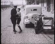 BB-0721 Onder regie van de inspecteur van de verkeersdienst van de Rotterdamse politie, de heer G.B. Meyer, wordt in ...