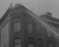 BB-0783 Uitslaande brand in de Rottestraat. De brandweer is ter plaatse en gebruikt de brandslangen. Ze spuiten het ...