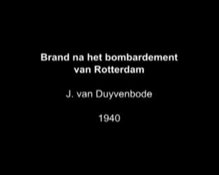 BB-0948-1 Gevolgen van het bombardement in de binnenstad van Rotterdam. Er worden spullen uit brandende winkel gered. ...