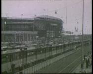 BB-1081 Tramvervoer bevrijdingsfeest 1947, duizenden mensen vertrekken richting Stadion Feyenoord, via bruggen en ...
