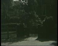BB-1094 Onduidelijke opname van een huis, de architect (?) komt in beeld.