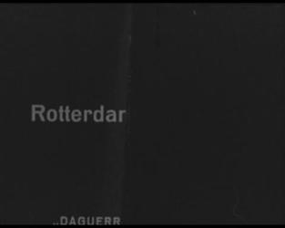 BB-1121 Film met tussentitels. Rotterdam aan zee… , Hoek van Holland. Schip vaart de Nieuwe Waterweg op, langs de ...