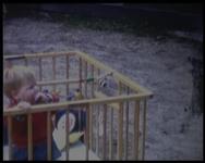 BB-1647 Kind in wieg en box; gezinskamp Driebergen met onder meer Rita Donders.