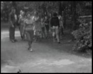 BB-1652 Gezinskamp van de Van der Werffstraat; voetballen; feestelijke optocht langs het tentenkamp; er wordt gedanst. ...