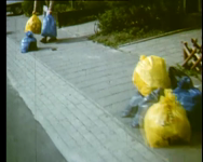 BB-1825 Documentaire over afvalscheiding, recycling en milieuvervuiling. Gebruik van blauwe of gele vuilniszak, glas, ...