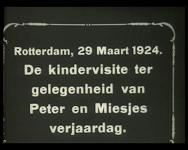 BB-2345 Kinderen vieren verjaardag van Peter en Miesje. Felicitaties en een feestje met toeters en mutsen. Speelduur: 1 ...