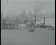 BB-3973 Historische schepen op de Nieuwe Maas, op de achtergrond vaart het ss. Statendam voorbij, mannen in historische ...