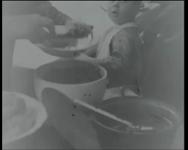 BB-3977 Het Gereformeerd Burgerweeshuis, groepsmaaltijd van kinderen met de weesmoeder aan het hoofd. Zij heeft een ...