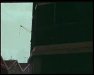 BB-4571 Compilatie van kleur- en zwart/witfilm, verspringend in tijd en plaats. Met tussentitels.Eerste gedeelte: sloop ...