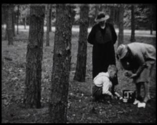 BB-5226 Met Opa en Oma Visser in het bos. Bezoek aan chef Grandia en z'n vrouw te Zaltbommel. Sinds z'n pensioen heeft ...