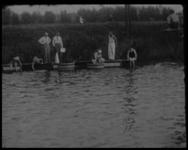 BB-5229 Gevarieerde familieopnamen. Gekostumeerd zwemfeest in openluchtzwembad Charlois, verplicht van de glijbaan. ...