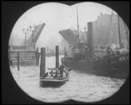 BB-7487 Film over Rotterdam uit de jaren 20 met tussentitels. Beelden van de Leuvebrug en -haven, de Nieuwe Maas, de ...