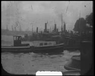 BB-7490 Stoomschepen verlaten de Leuvehaven. De Nieuwe Maas met als achtergrond de havens op de zuidoever met kranen en ...