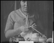 BB-7497 Huiselijke taferelen bij de familie Spoel. Er is koffie en koek. De man met de sigaar is notaris Gotthard ...