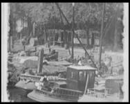 BB-7530 Beelden van de Leuvehaven, de Blaak, Oude Haven en een stukje van Plan C. Zakkendragers lossen via loopplanken ...