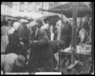 BB-7533 Amersfoort: Markt met mensen in verschillende traditionele klederdrachten. Dorpsomroeper, accordeonspelers en ...