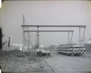 BB-7665 Zwartwit bedrijfsfilm over het stoomheien bij de metrobouw. Verschillende soorten heistellingen en heimachines ...