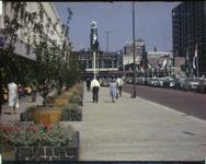 BB-7666 Opnamen van de Lijnbaan met toen nog bloemperken in het midden. Organisaties-winkeliers, die er destijds zaten ...