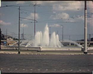 BB-7670 Tijdsbeeld van Rotterdam in de jaren 50, Rotterdam in opbouw. De Delftsestraat is in aanbouw, de Inrichting ...