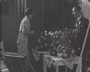 BB-7698 * Verloofden Lena Becht en Wim Biesta tussen de bloemboeketten thuis aan Kastanjeplein 1.* Beelden vrolijk ...