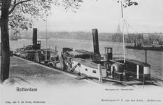 1968-2406 De Nieuwe Maas met op de voorgrond liggend aan de Maaskade, vlakbij de Willemsbrug, twee raderboten, links de ...