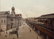 1971-1559 De Beurs (links) en Station Beurs aan het Beursplein.