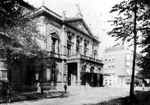 1976-117 De Schouwburg aan de Aert van Nesstraat.